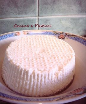 Avete del latte in scadenza e non sapete come utilizzarlo? Ecco una ottima soluzione,fare la ricotta in casa con una ricetta semplicissima http://blog.giallozafferano.it/cucinaepasticci/ricotta-fatta-in-casa/