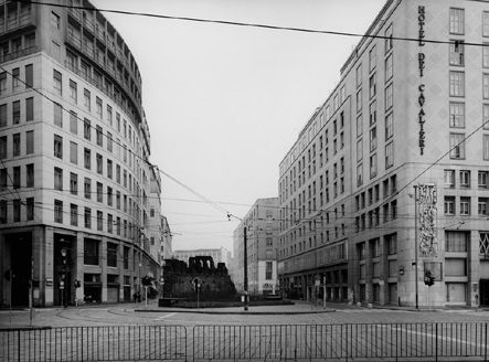 Piazza Missori. Gabriele Basilico, Milano 03, 1995