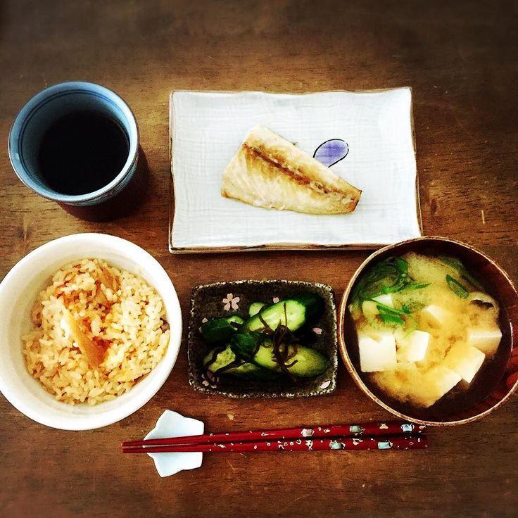 そういえば今日の #朝ごはん #和食 Today's breakfast Japanese.  #さば #豆腐 と #あげ の #味噌汁 #ごぼう の #炊き込みご飯  #きゅうり の #浅漬け #instafood #てづくり #おうちごはん
