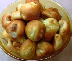 Υλικά  900 περίπου αλεύρι για όλες τις χρήσεις  2 φακελάκια ξερή μαγιά  1 νεροπότηρο νερό χλιαρό  1 νεροπότηρο γάλα φρέσκο χλιαρό  1 νεροπότηρο ηλιέλαιο  3 κουταλάκια γλυκού αλάτι  5 κουταλάκια γλυκού ζάχαρη    Γέμιση  800 γρ. τυρί  2 κουταλιές σούπας γιαούρτι στραγγιστό  2 αυγά  λίγο πιπέρι    Εκτέλεση  Για τη ζύμη: