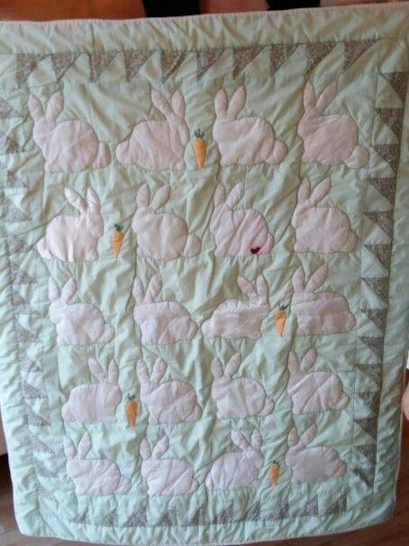Babytæppe med hvide kaniner i forskelligt stof, så baby kan føle forskellige teksturer - silke, hør, velour, bomuld