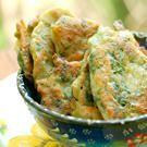 Оладушки со шпинатом.  Мюджвери (Mücveri) - это турецкие овощные оладушки, они могут быть из кабачков, картошки, трав, моркови, в общем, из чего угодно. Единственное отличие от наших овощных оладушек - это добавление сыра