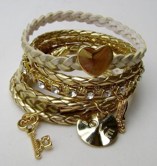 Mix com 7 pulseiras em couro e metal com strass com pingentes.    Super brilho !!! A cara do inverno. R$49,90
