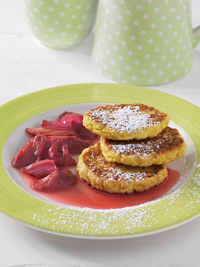 Quarkpuffer mit Rhabarberkompott | Auch Süßes kann eiweißreich sein. Hier sind Ei, Quark und Hafer die Lieferanten für diesen Nährstoff.