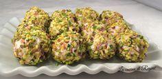 Palline di ricotta al pistacchio,sono dei golosi bocconcini a base di ricotta, arricchiti di speck e formaggi ed avvolti in una croccante panatura di grane