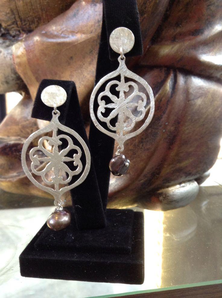 Aros plata hechos a mano y perla de río                                                                                                                                                                                 Más