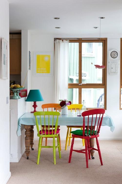 Que les parece sillas de colores en el comedor, le das un toque de color muy lindo a tu cocina y es muy sencillo tu mismo puedes pintar tus sillas de colores, y dale vida a tu hogar. Vive Regio