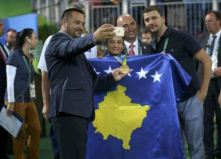 Majlinda Kelmendi, rodeada de aficionados, con la bandera de Kosovo.