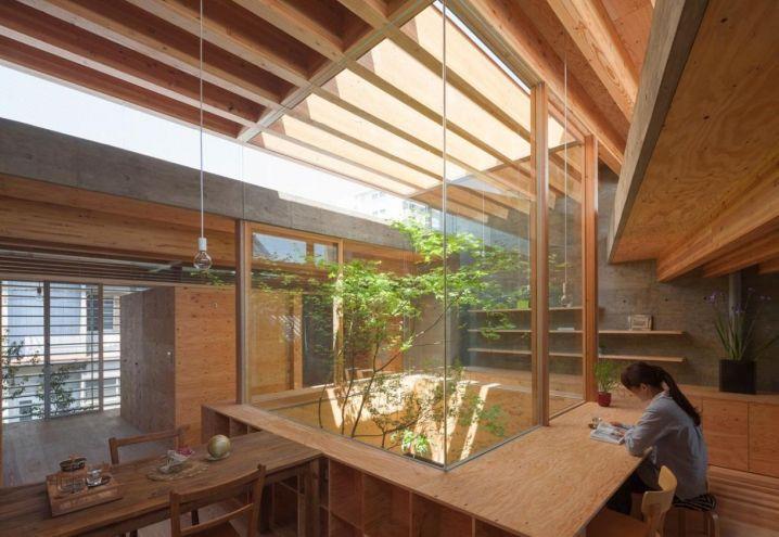 La luce naturale filtra abbondante dalla sommità della corte centrale attorno a cui ruotano gli interni minimalisti della villa su due livelli