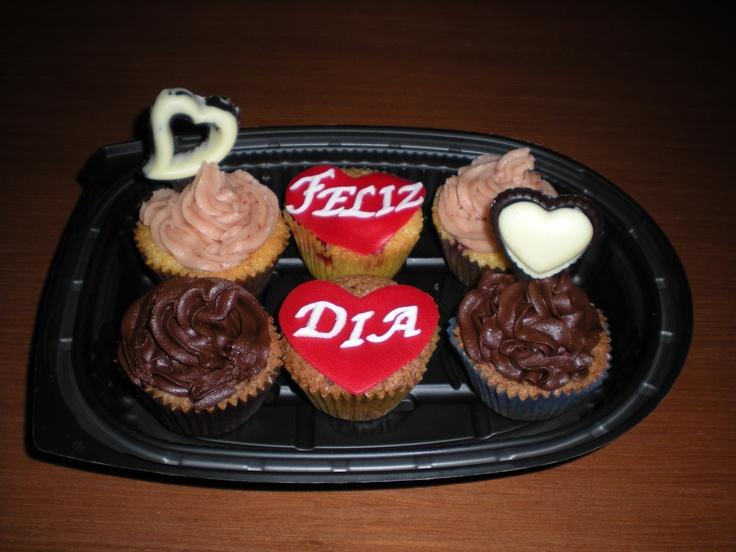 Cupcakes de fresa y chocolate, con dos corazones de chocolate con leche y blanco!