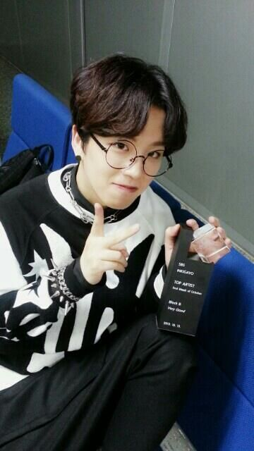 Taeil and Block B's Inkigayo trophy