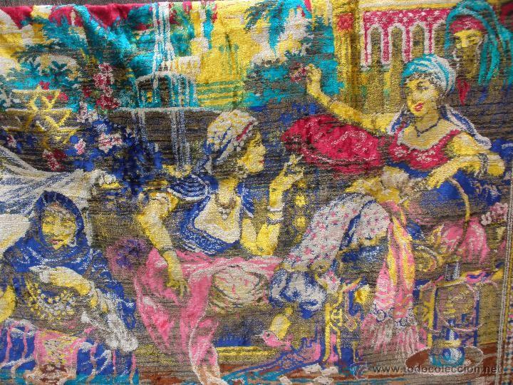 Alfombra tapiz de chenilla terciopelo  años 60s con escena de mujeres árabes