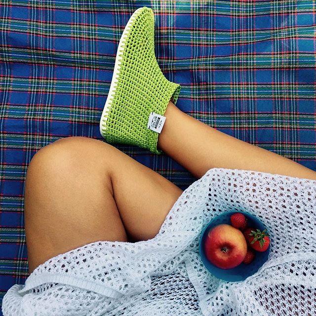 ???????? ... mit Botties in der Tasche haben kalte F��e keine Chance! Und was habt ihr heute unternommen? #picknick #apfel #sommerherbstwetter #h�kelbotties #cataniagrande #schachenmayr #originalbotties #botties #crochet #handmade #h�keln #crochetaddict #diy #instacrochet #crochetlove #yarn #crocheting #crochetersofinstagram #craftastherapy #warmandcozy