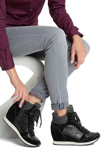 Het is een zwart met grijze schoen. Dit is een mix van een hak en een sneaker. dit is een schoen dat casual en stoer is. en daarom denk ik dat dit de perfecte schoen is voor de herfst/winter.