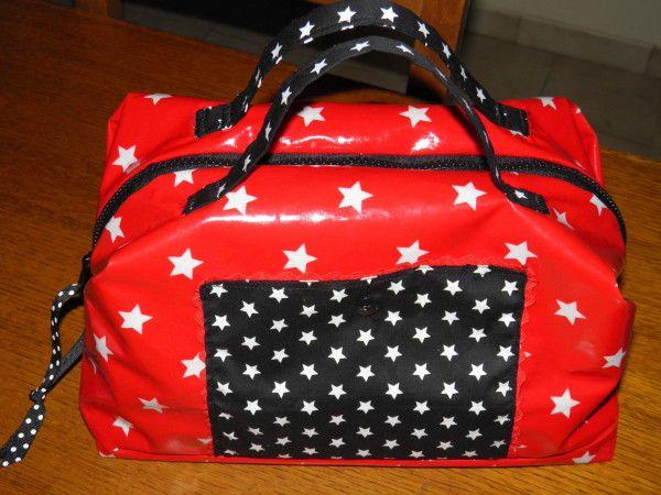 Priscilia reconnaîtra le super tissu enduit rouge à étoiles qu'elle m'a offert à l'occasion de mon anniversaire. Merci :) Je cherchais le projet idéal pour ce tissu magnifique quand je suis tombée sur ce chouette blog avec un tuto très clair pour faire...