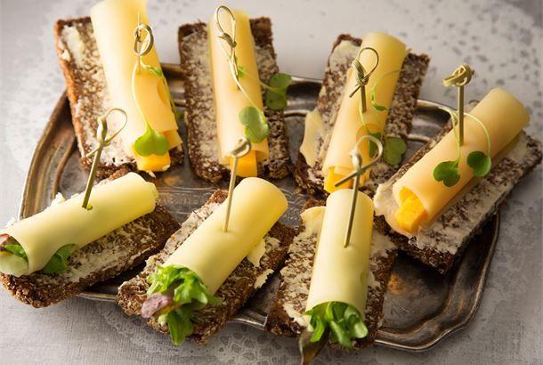 Juustorullaleivät Juusto on hyvä välipala, se maistuu kaikille naposteluruokana. Yhdistä juustoviipaleeseen kasvista tai hedelmää ja kiinnitä cocktailtikuilla pieniin ruisleipiin.  http://www.valio.fi/reseptit/juustorullaleivat/ #resepti #ruoka