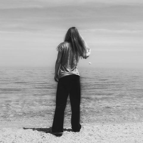 """""""Και μόνοι με τον ορίζοντα. Τα κύματα έρχονται απ' την αόρατη Ανατολή, ένα ένα, υπομονετικά. Φτάνουνε μέχρις εμάς και πάλι υπομονετικά φεύγουν προς την άγνωστη Δύση, ένα ένα. Ατέλειωτη πορεία που δεν άρχισε ούτε τελείωσε ποτέ. Ποτάμια μικρά και μεγάλα περνούν, η θάλασσα περνά και μένει. Ετσι θα 'πρεπε ν' αγαπώ, πιστά και φευγαλέα. Σμίγω με τη θάλασσα"""". ------------------------------------------------------Απόσπασμα από το καλοκαίρι του Αλμπέρ Καμύ"""