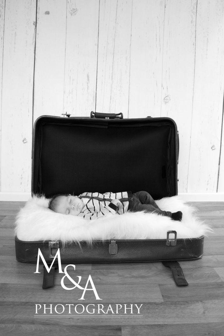 Babyfotografie, Fotografie, Baby, Studio, natürliches Licht, Junge, schwarzweiß, Koffer