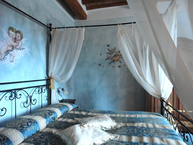 L'agriturismo romantico Taverna di Bibbiano è il luogo ideale per il tuo weekend romantico in Toscana. Nella foto, la Suite Fiordalisi.. camere e suite di charme e un ristorante romantico con vista panoramica per il vostro weekend romantico in Toscana più indimenticabile