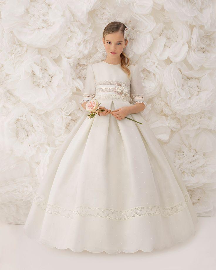 Vestido comunión clásico, de talle corto, en esterilla fina de seda color marfil. Colección ROSA CLARA FIRST 2018.