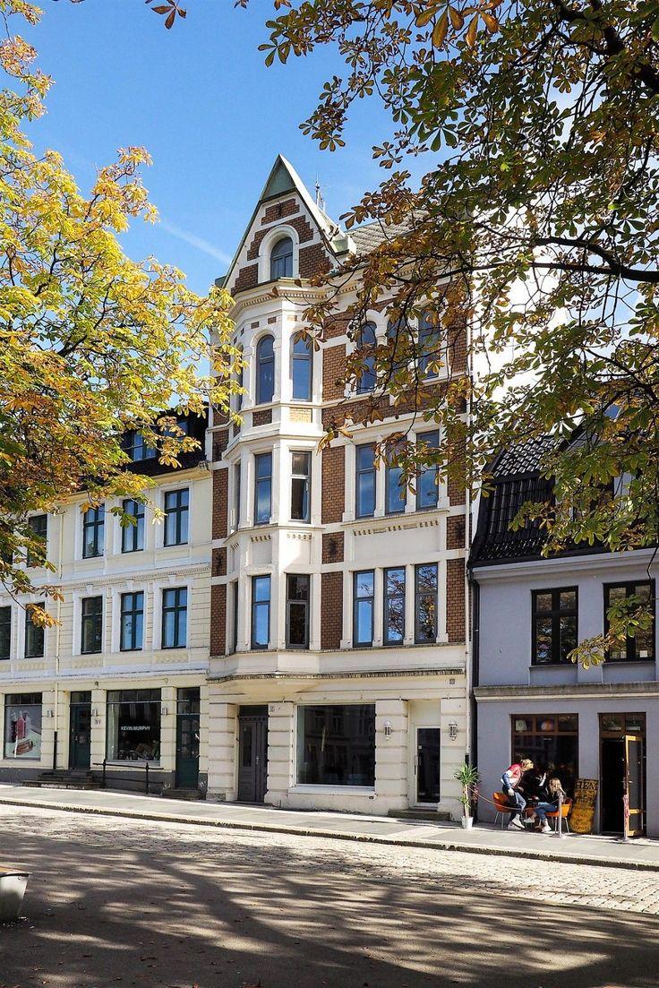 FINN – Gjennomført selveier med balkong, klassiske detaljer, rosetter og meget god takhøyde.
