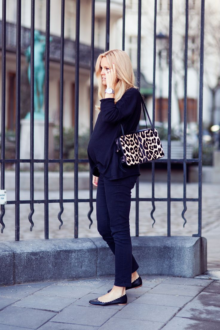 Love how these skinnies perfectly at the ankle. Timeless Hepburn-inspired style, even when rocking a bump. Monochromatic palette makes patterned accessories fun.