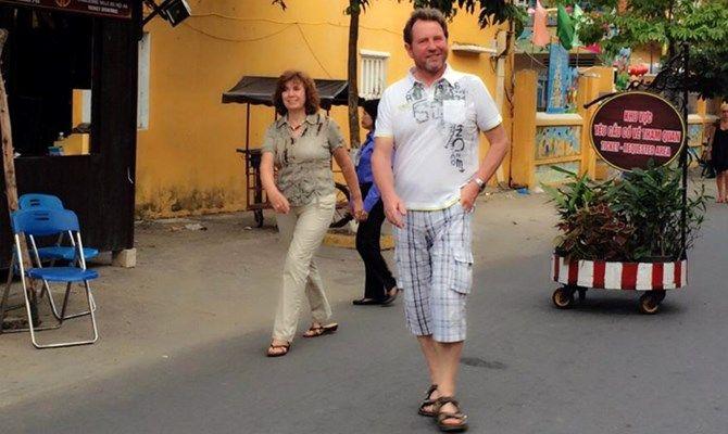 Hình ảnh 2 du khách nước ngoài từ chối mua vé vào phố cổ đang lan truyền trên mạng.
