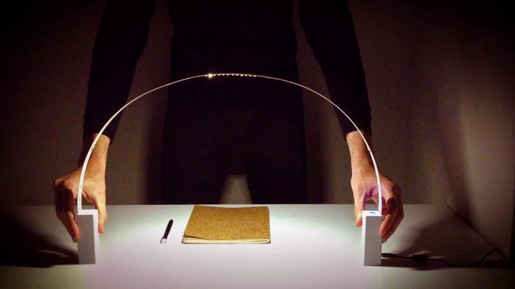 Fluida桌燈是義大利設計工作室 Studio Natural 為燈具品牌 Martinelli Luce 所設計的新形式的燈具,LED 燈裝置在具柔韌性的條狀帶子上,燈座是由二個富有磁性的金屬基座所構成。  運用這兩個基座,可以變化燈具的形狀、方向、長短距離,當兩個基座吸附在一起時,外形就像一個熱氣球,兩個底座分開時,就像一個會發光的拱橋,這是設計師希望使用者可以與空間和物件達到互動的關係,讓燈具不只是提供固定的光線來源,還能為生活帶來創意和想法。