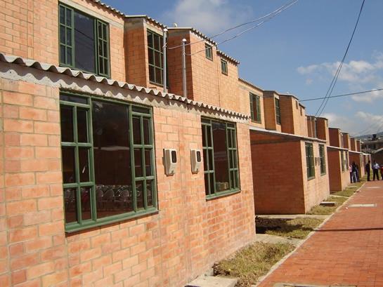 En tres jornadas de intensos recorridos por el país, con las cuales visitó 29 departamentos, el Ministro de Vivienda, Germán Vargas Lleras, abrió las subastas para la selección de los constructores que desarrollarán proyectos de vivienda.
