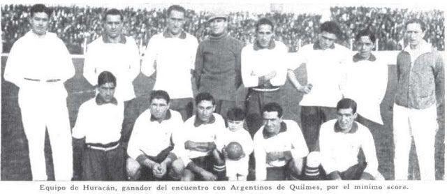 Huracán 1-0 Argentino de Quilmes (5 de junio de 1927). En el fondo la tribuna lateral de la calle Miravé.