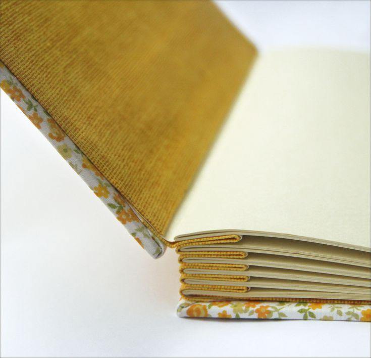 https://flic.kr/p/bcdHbR | Nina e Lara | Álbum de fotografias com concertina de tecido, costura copta e longstitch sobre faixas de tecido. Folha de guarda de tecido, miolo em papel marfim 180 g/m2. Tamanho: 26 x 26 cm
