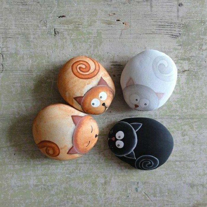 vier erschrockene Katzen