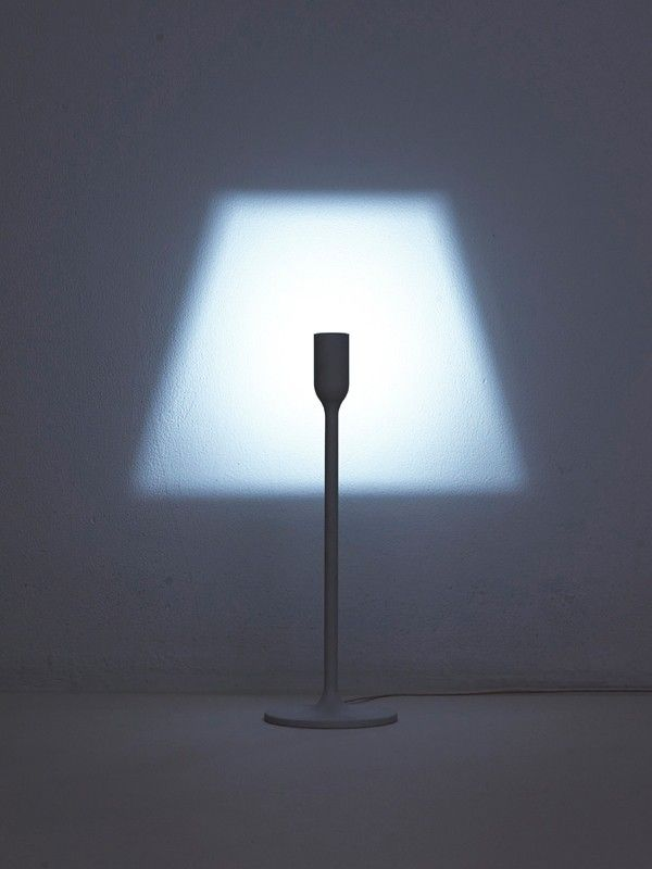 Le studio de design japonais très prolifique YOY (pour retrouver tous les articles, cliquez ici) frappe une nouvelle fois avec un luminaire ultra original et minimal. C'est très simple, la lampe se compose uniquement du pied et du fil d'alimentation.