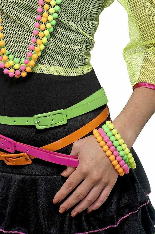 80er Jahre Stil mit Neon Farben für den Schmuck