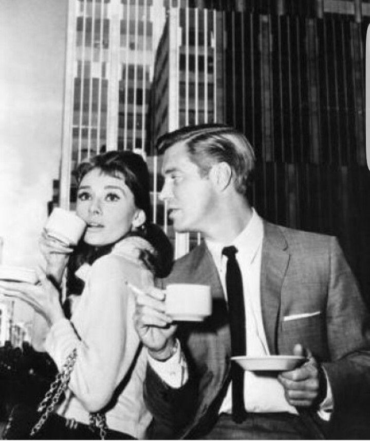 Holly Golightly (Audrey Hepburn) Perché non passiamo la giornata a fare cose mai fatte prima? Sarebbe divertente. Ci sarà qualcosa che non hai mai fatto... e in quanto a me, è un po' difficile, ma tenteremo di trovarne qualcuna.