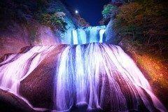 茨城県にある日本三大名瀑の一つ袋田の滝を紹介します 袋田の滝は穏やかさと激しさを両方の側面を持つ滝でその姿は迫力満点 紅葉の季節も絶景ですが月にはライトアップもされますのでデートにもおすすめ(_)v tags[茨城県]