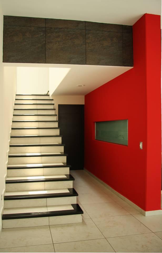 los colores contrastantes y las escaleras voladas de villas 5 se ven muy actuales