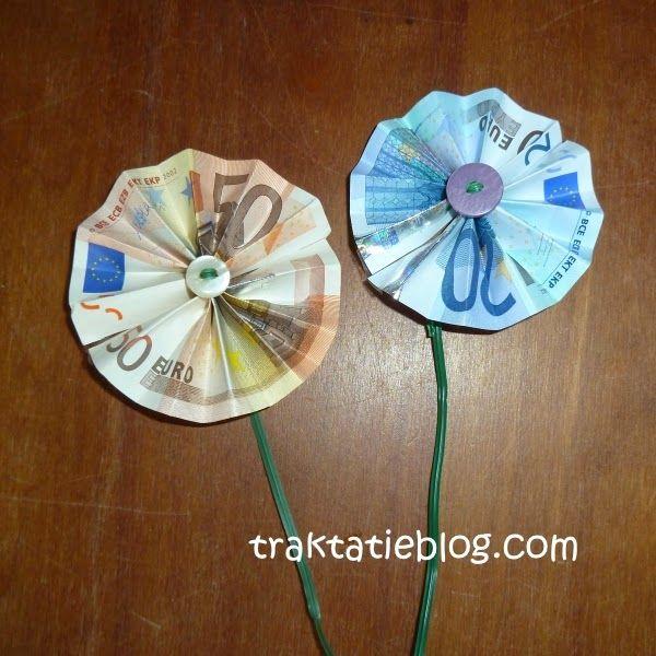 Geld in een envelopje is saai. Vouw er een bloemetje van!  Heel makkelijk deze.  In het midden van de bloem kun je evt. een knoop of een k...