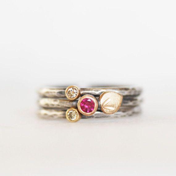 Set van drie ringen van de stapelvolgorde. Een kleine ruby en twee fonkelende diamanten in bloei op uw vinger.  * Bands - 1.6mm gehamerd Diamanten