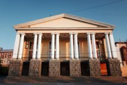 Волгоградский музыкальный театр – старейший на Нижней Волге музыкальный театр, ведущий отсчет своей истории с ноября 1932 года, когда в старинном здании театра «Конкордия» на берегу реки Царица впервые поднялся занавес Сталинградского театра музыкальной комед�