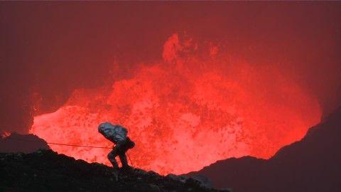 Vulcanólogo, Vulcanología, Marum, Lago de lava, Ambrym, Volcán en escudo, Fundido, Soga de seguridad, Viaje de Exploración, Hervir, Cráter volcánico, Lava, Investigador, Desafío, Riesgo, Cinturón de Fuego del Pacífico, Paisaje Volcánico, Ropa protectora, Calor, Aventura, Burbujear, Coraje, Peligro, Rociadura, Humo, Nublado, Ser humano, Día, Stock Footage,