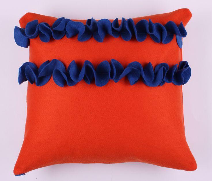 Almofada laranja com babados azul. Cor viva para um estoque especial a sua decoracao.  Tamanho 40x40cm Contato:delasdecor@gmail.com