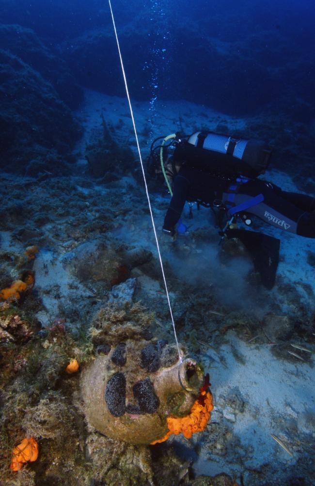 Divers prepare to lift an amphora to the surface for analysis and conservation. Source: V. MENTOGIANIS / PHOURNOI UNDERWATER SURVEY