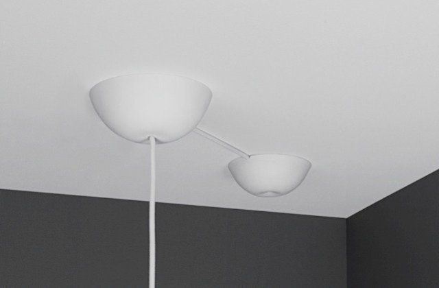 Hur får man snyggt i taket om man hänger upp lampan en bit från eluttaget i taket? Med en blindkopp blir det fint igen! Blindkoppen används separat eller tillsammans med CableCup takkopp. Fantastiskt smart och enkel att använda för att dölja sladd och uttag i tak. CableCup Hide använder du i taket där du inte har någon lampa. Den döljer effektivt uttaget i taket, du kan hänga din Hide både på krok eller direkt på sladden om krok saknas. http://www.smartasaker.se/cablecup-hide-blindkopp.html
