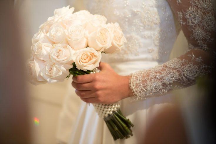 Buquê de rosas brancas com pérolas - Casamento Louise e Douglas