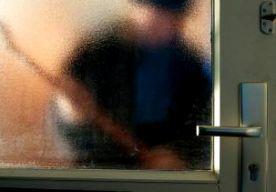 13-Apr-2014 7:28 - OVERVALLER IN HUIS OVERMEESTERD. In Helmond hebben bewoners een gewapende overvaller overmeesterd. De verdachte is daarbij gewond geraakt. Hij is door de politie aangehouden. Bij het incident waren vijf mensen betrokken. De overvaller is in de woning door de bewoners gezien, die daarop zelf actie ondernamen. De verdachte droeg een vuurwapen, maar er is niet geschoten. Wat voor verwondingen de overvaller heeft, kon de politie nog niet zeggen.