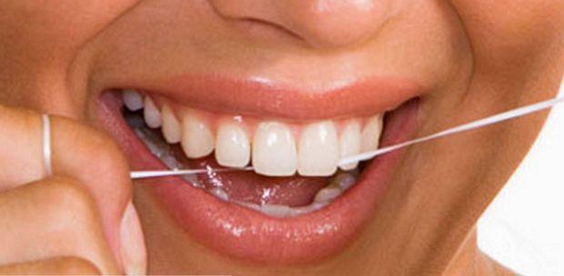 Уход за полостью рта Средства для ухода за зубами и полостью рта необходимы каждому человеку каждый день, так как уход за ними относится к мероприятиям личной гигиены Очень внимательно следует относиться к выбору зубной щетки. Щетина должна быть мягкой и тонкой. Грубые, толстые, жесткие щетинки плохо очищают зубы, а так же могут повредить десны. При желании можно купить щетку с подушечкой для чистки языка и массажными щетинками.