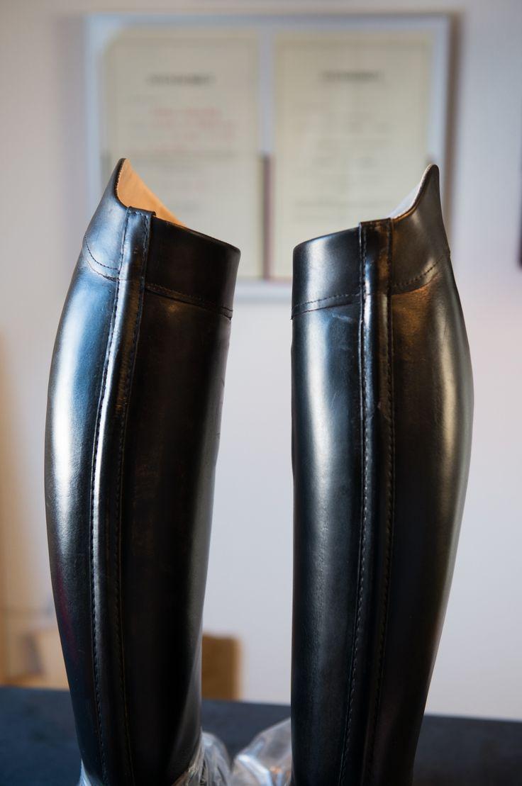 Omforandring af ridestøvler -   Jeg har igennem min tid som skomager lavet mange forskellige artede opgaver med om forandring af fodtøj, men denne opgave var dog lidt speciel, hvor jeg skulle forlænge skafterne på et par ridestøvler, så de sidder bedre når man tynde og lange underben. Mere normale om forandringer er, at man en... - #Ridestøvler -http://sy-smeden.dk/2015/04/omforandring-af-ridestoevler/