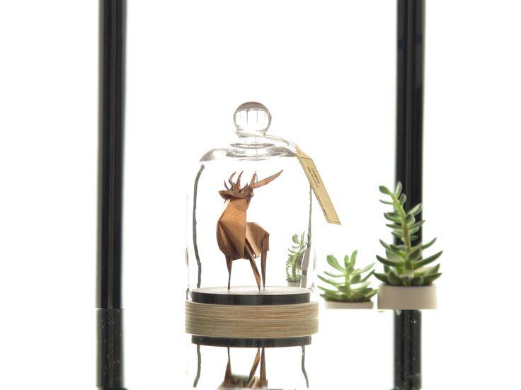 Sculpture origami de cerf sous cloche de verre, papier cuivre métallisé / Forêt / Nature / Décoration de la maison / Création Florigami : Accessoires de maison par florigami