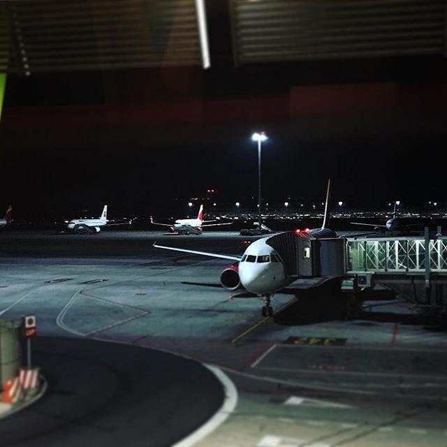 Dónde habré puesto las llaves del avión? #parking #airplane #volar #avion #iberia #aeropuerto #travel #engineer #television #travelgram #mylifeinaplane #work #business #airbus #airport #instagood #goodmorning #bluenight by asierinox. parking #iberia #airb